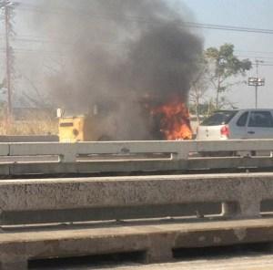 Vehículo se incendió cerca del túnel La Cabrera (Foto)