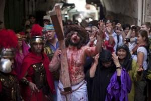 Así rememoran la crucifixión de Jesús en Jerusalén (Fotos)