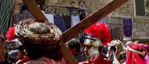 Fieles católicos rezan a las afueras de la Iglesia del Santo Sepulcro (FOTOS)