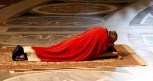 El papa Francisco reza tendido en el suelo durante la Pasión de Cristo (FOTOS)