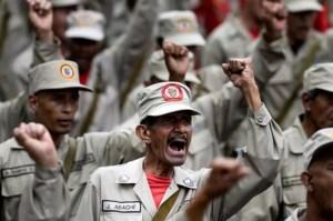 Abuela miliciana se las cantó a Maduro mientras buscaba comida en la basura (Video)