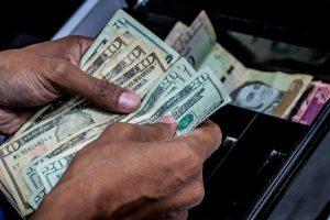"""Una devaluación """"sin careta"""": Dólar paralelo superó el millón de bolívares en Venezuela"""