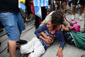 Llantos, canticos y policía antimotines: El ambiente en la despedida de Maradona en la Casa Rosada (FOTOS)
