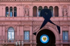 Un caravana oficial y a toda velocidad trasladó el cuerpo de Maradona hasta la Casa Rosada (VIDEOS)