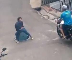 EN VIDEO: Colombiano quiso robarse una tapa de alcantarilla y se cayó en el hueco