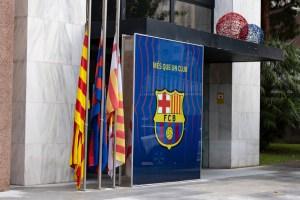 Las banderas del Camp Nou a media asta por la muerte de Diego Armando Maradona (Foto)
