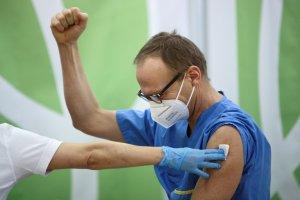 Si una persona es vacunada contra el Covid-19, ¿Puede dejar de usar tapaboca?