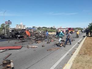 Fotos: Gandola se incendió en Maracaibo tras volcarse en la Circunvalación 1