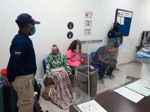 Migración Colombia entregó a tres extranjeros por falsificar pruebas PCR en Cartagena (Fotos)