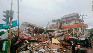 Al menos tres muertos tras un fuerte terremoto en Indonesia