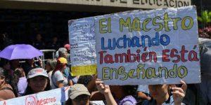 Líderes políticos venezolanos respaldan a los maestros en su día y exigen mejoras salariales para el gremio