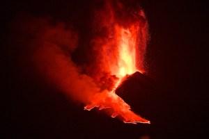 Volcán Etna experimenta su sexta erupción en ocho días
