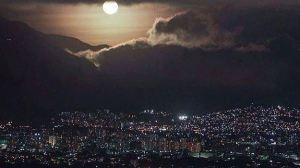 ¿Ovnis en El ÁVILA? Desde Chacao un VIDEO muestra extrañas luces en el cerro