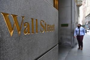 Wall Street baja preocupada por tasas de bonos del Tesoro
