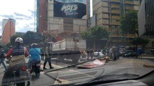 EN FOTO: Se desplomó un poste en la avenida Francisco de Miranda este #24Feb