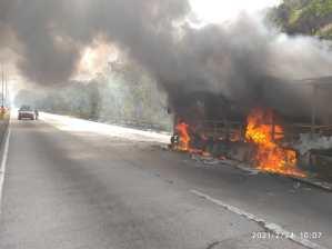 Se incendió un bus en la vía Puerto Cabello – Valencia y generó retraso vehicular #24Feb (Foto)