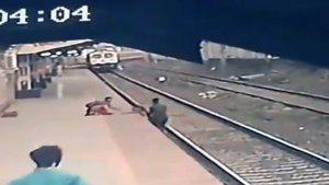 ¡SUSTO! Niño cayó a las vías del tren mientras caminaba con su madre ciega (VIDEO)