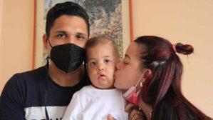 """""""Para operarlo nos exigían el carnet de la patria"""": La odisea de una familia venezolana que huyó a España para salvar a su bebé"""