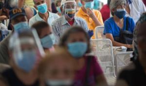 """Chavismo politiza la pandemia y solo vacuna adultos mayores con """"carnet de la Patria"""" (FOTO)"""