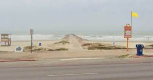 Autoridades intensifican búsqueda de niño desaparecido en playa de Texas
