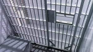Oficial del condado de Orange fue acusado de sobornar a presos por dinero