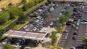 Reportan largas colas y estaciones cerradas en el sudeste de EEUU por escasez de combustible (Fotos)