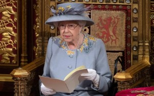 El especial significado detrás del vestido con el que reapareció Isabel II