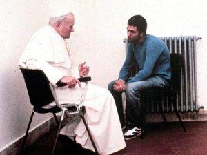 La misteriosa vida de Ali Agca: Le disparó a Juan Pablo II y ahora alimenta perros callejeros en Estambul