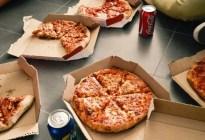 Sus jefes no la invitaban a comer pizza en el trabajo, inició una demanda y ganó miles de dólares