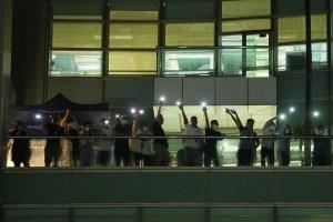 Lágrimas y resistencia en despedida de diario prodemocracia de Hong Kong