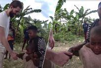 Niña africana pensó que un hombre blanco era un fantasma y que se la comería (VIDEO)