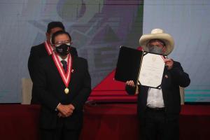Pedro Castillo recibió las credenciales de presidente electo en Perú