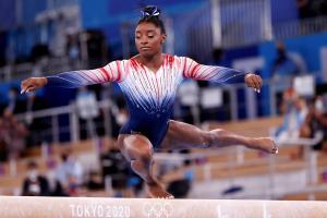Simone Biles regresa a la competición y gana el bronce olímpico en la barra de equilibrio