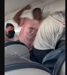 Asiento atascado provocó una pelea muy salvaje en un vuelo de American Airlines (Video)