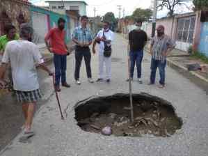 Conductores son víctimas de los huecos en las calles de Santa Rita (FOTOS)