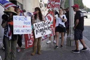 Cientos de padres y estudiantes protestan contra el mandato de vacunas en California